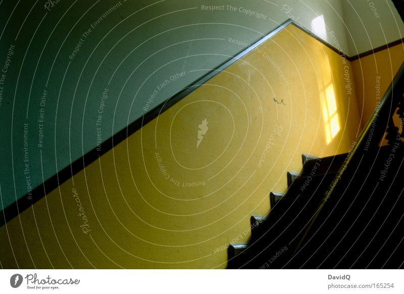 Treppenhaus Haus gelb dunkel Stimmung Treppe geheimnisvoll Tapete Treppengeländer