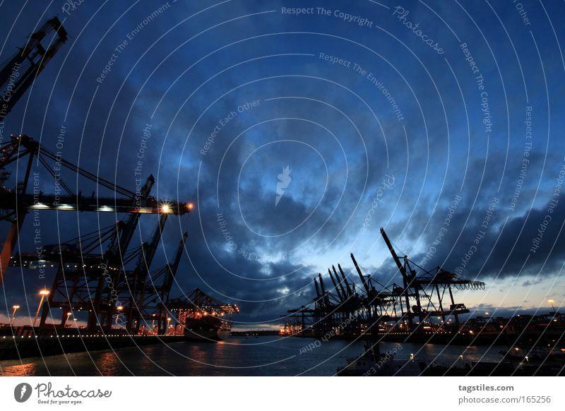 EUROKAI HAMBURG Eurokai Hamburg Hafen verladen Containerterminal Kran Lastkran Wolken dunkel Abend Fluchtpunkt Elbe Macht Größe ruhig Sturm Unwetter Ladung