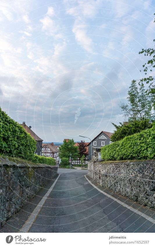 Dorfstraße Himmel Ferien & Urlaub & Reisen Landschaft Wolken Haus Umwelt Straße Architektur Wand Gebäude Mauer gehen Burg oder Schloss Ruine Sightseeing