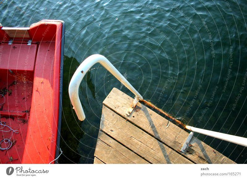Zum Sprung bereit Farbfoto Außenaufnahme Menschenleer Textfreiraum oben Vogelperspektive Wellen Leiter Wasser See Fischerboot Ruderboot Wasserfahrzeug Holz rot