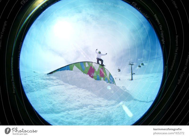Luftsprung Mensch Freude Schnee Sport Freiheit maskulin Freizeit & Hobby Angst gefährlich Lebensfreude Vertrauen Gleichgewicht Erfahrung Wintersport Freestyle