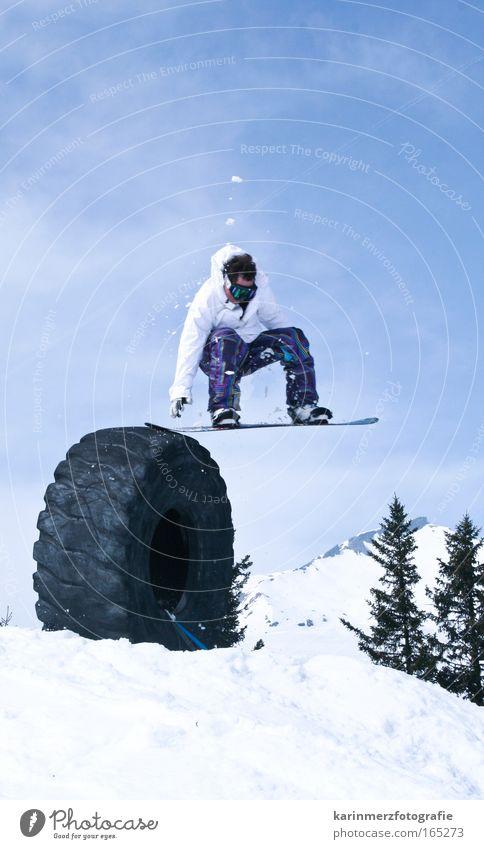 Abheben Mensch Natur weiß Baum Freude Winter Berge u. Gebirge Bewegung Schnee Sport Glück springen maskulin Zufriedenheit Angst frei