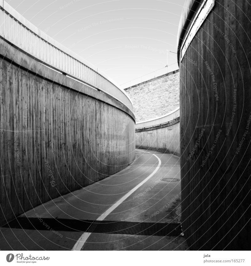 what awaits me Schwarzweißfoto Außenaufnahme Menschenleer Tag Schatten Stadt Platz Tunnel Bauwerk Architektur Wege & Pfade schwarz