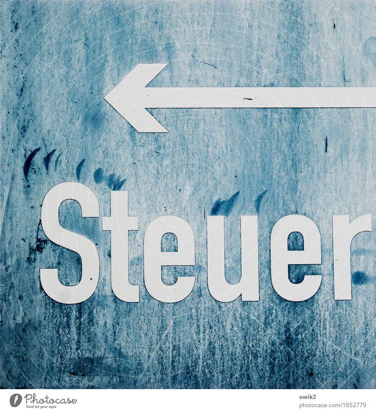 Finanzamt alt trist Schilder & Markierungen Schriftzeichen Hinweisschild Vergänglichkeit Zeichen planen Freundlichkeit Kunststoff Richtung Spuren Pfeil zeigen Hinweis Abnutzung