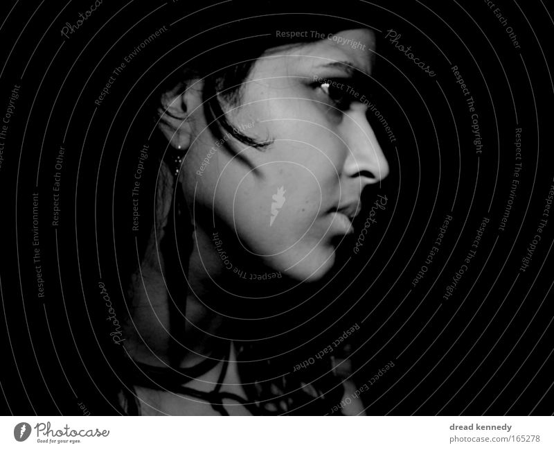 Indian Rose Schwarzweißfoto Studioaufnahme Textfreiraum links Textfreiraum rechts Blitzlichtaufnahme Schatten Kontrast Low Key Zentralperspektive Porträt Profil