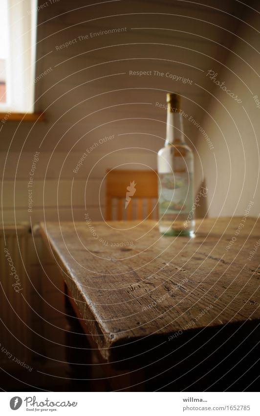 frühstück is fertig. Katerfrühstück Alkohol Birnenschnaps Schnapsflasche Hemmungslosigkeit Genusssucht Alkoholsucht Einsamkeit Problemlösung Sucht Holztisch