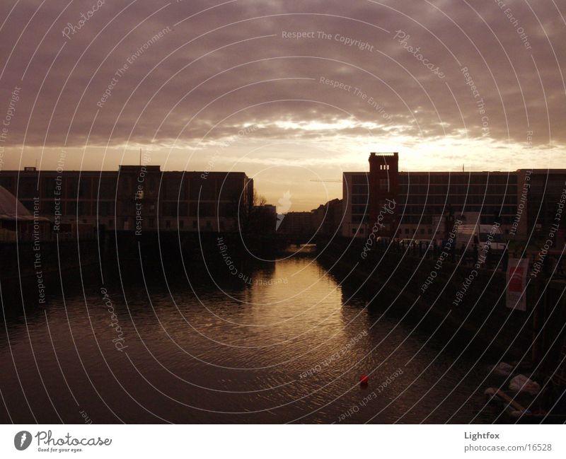 Wo ich geh und Spree Wasser Himmel blau Wolken Berlin Stein Gebäude orange Glas Spiegel Bauwerk Deutscher Bundestag Spree Beamte