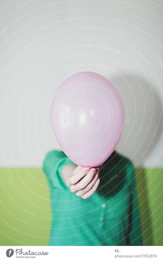 ballon Mensch Frau grün Hand Freude Erwachsene Leben Lifestyle feminin Feste & Feiern Party rosa Raum Freizeit & Hobby Geburtstag Lebensfreude