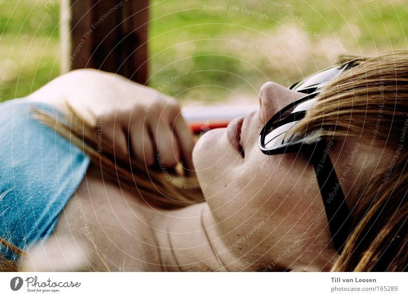 what does spring smell like? Farbfoto Außenaufnahme Tag Sonnenlicht harmonisch Wohlgefühl Zufriedenheit Erholung ruhig Junge Frau Jugendliche Erwachsene Haut
