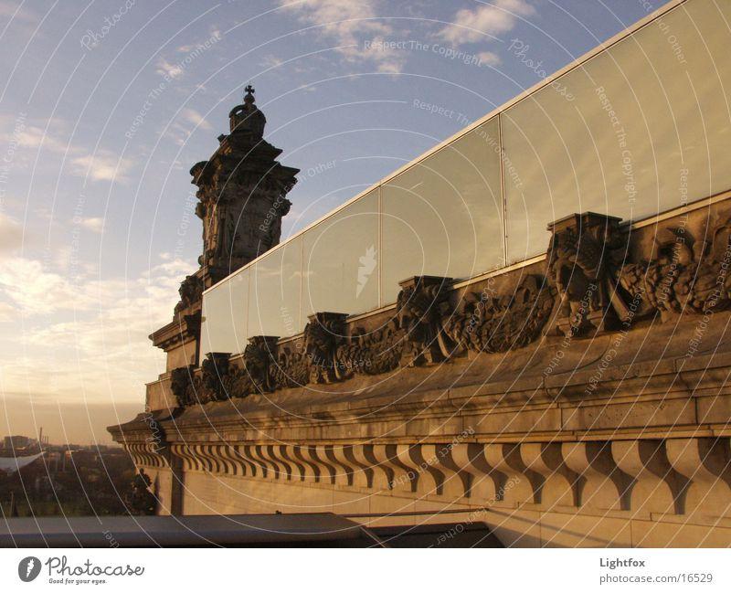 Spiegelei Wasser Himmel blau Wolken Berlin Stein Gebäude orange Glas Spiegel Bauwerk historisch Deutscher Bundestag Spree Beamte