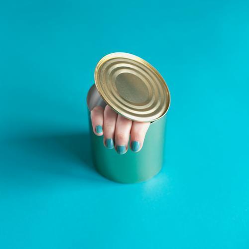 fingerfood Lebensmittel Ernährung Fingerfood Maniküre Nagellack Mensch feminin Frau Erwachsene Hand 1 Verpackung Dose Konservendose außergewöhnlich bedrohlich