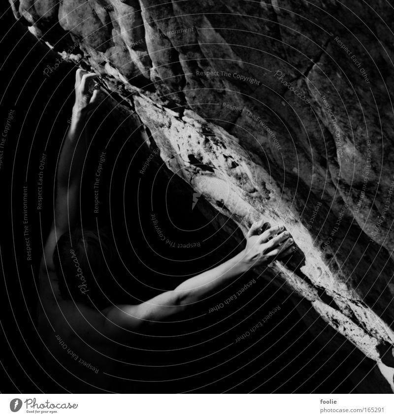 Bouldern Schwarzweißfoto Außenaufnahme Detailaufnahme Tag Licht Schatten Kontrast Starke Tiefenschärfe Oberkörper Sport Klettern Bergsteigen Sportler Mensch