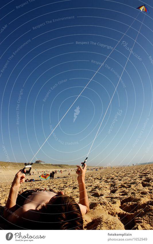 Drachen Junge Kinderspiel Lenkdrachen Ferien & Urlaub & Reisen Sommer Sommerurlaub Sonne Sonnenbad Strand Meer 1 Mensch Sand Himmel Wolkenloser Himmel