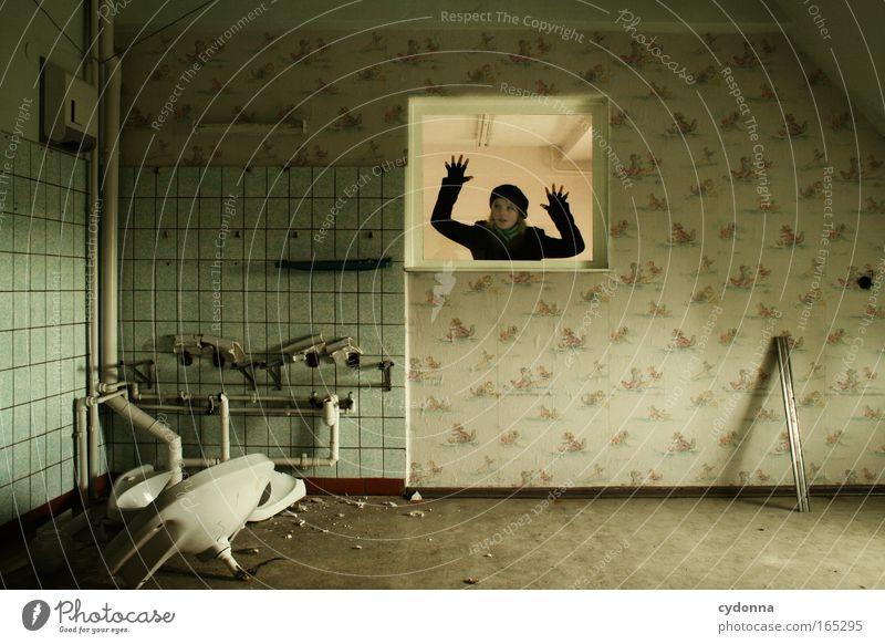 Reingeschaut Mensch Frau Jugendliche Erwachsene Ferne Fenster Leben Wand Freiheit Mauer Traurigkeit träumen Zeit ästhetisch Hoffnung Wandel & Veränderung