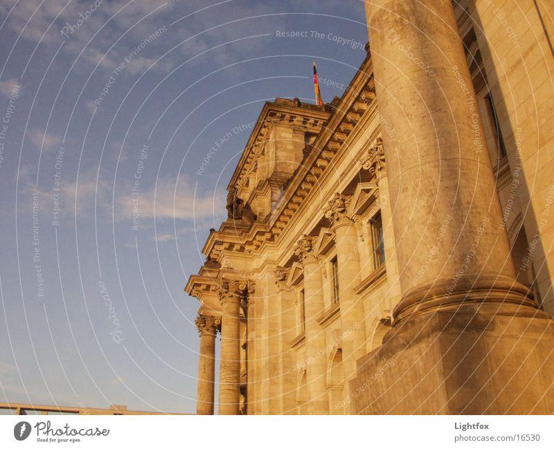 Jetzt Reichst !–Tag muß gehen Wasser Himmel blau Stadt Wolken dunkel Berlin Stein Gebäude orange Perspektive Toilette Bauwerk historisch