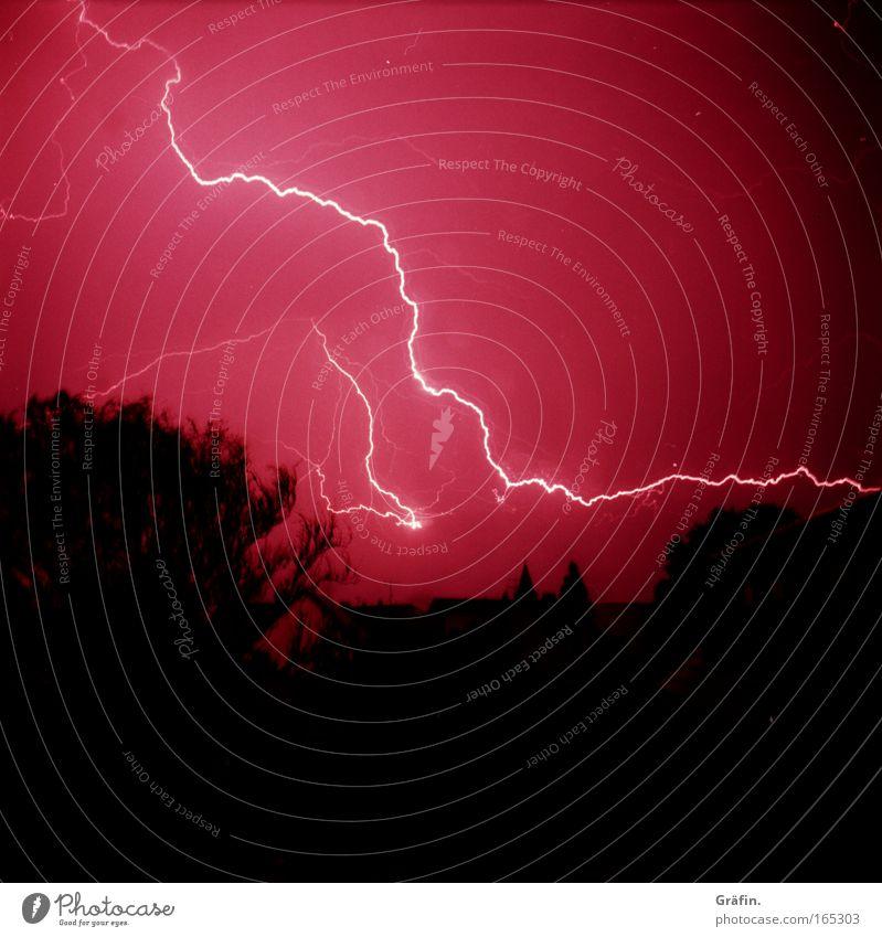 Energieverschwendung Baum Haus schwarz dunkel Beleuchtung rosa Energiewirtschaft bedrohlich violett Nachthimmel Sturm Blitze gruselig Gewitter Unwetter bizarr