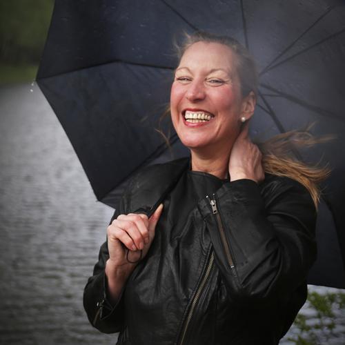 Yvonne feminin 1 Mensch Regen Wellen Küste Jacke Regenschirm blond langhaarig beobachten Erholung lachen Blick warten natürlich schön wild Gefühle Fröhlichkeit