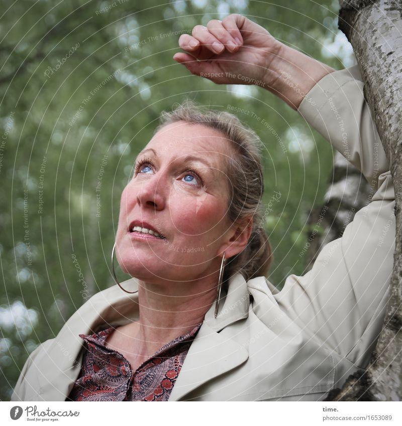 Yvonne feminin 1 Mensch Schönes Wetter Baum Wald Hemd Mantel Ohrringe blond langhaarig beobachten Denken Blick warten schön Zufriedenheit Wachsamkeit Vorsicht