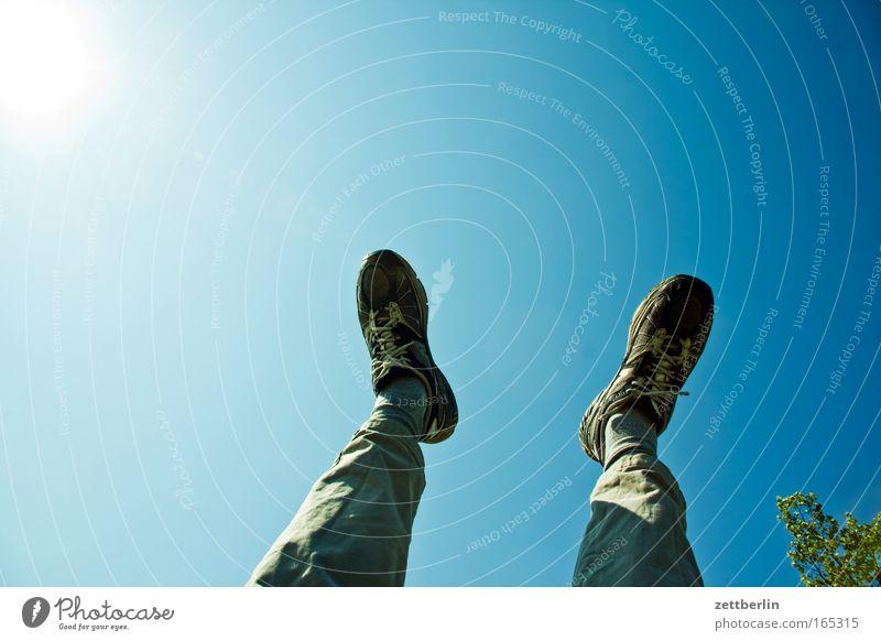 Entspannung Fuß Beine Hose Schuhe Turnschuh Turnen sportlich lockerungsübung Yoga Erholung entspannungsübung Pause Rastplatz Himmel textreiraum Querformat Tag