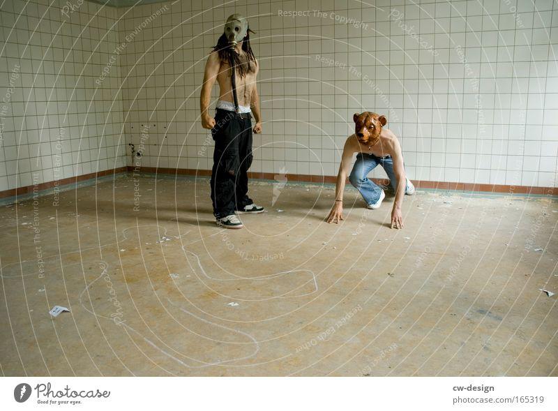 Grobmotoriker Mensch Mann Freude Tier Erwachsene maskulin Wildtier stehen beobachten 18-30 Jahre Surrealismus stagnierend Bär Tatort Junger Mann