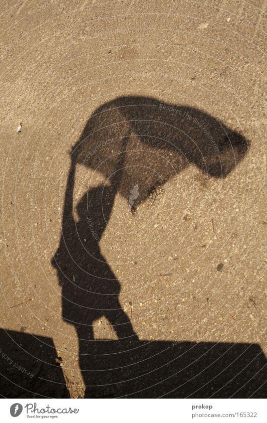 Fahnenkind Farbfoto Außenaufnahme Textfreiraum oben Tag Schatten Kontrast Silhouette Starke Tiefenschärfe Zentralperspektive Ganzkörperaufnahme feminin