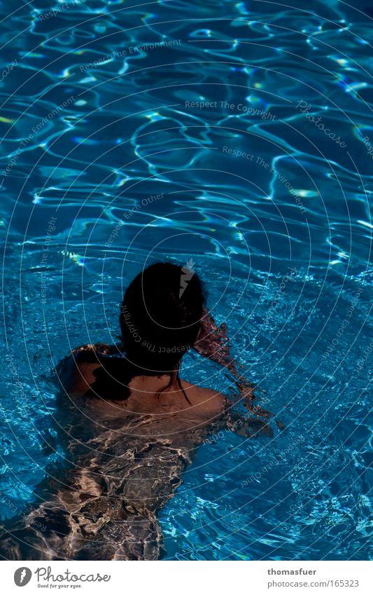 Badende oder Pool - nicht leer ;) Frau Mensch blau Ferien & Urlaub & Reisen Erwachsene Erholung feminin Sport nackt Bewegung Kraft nass Schwimmen & Baden frei