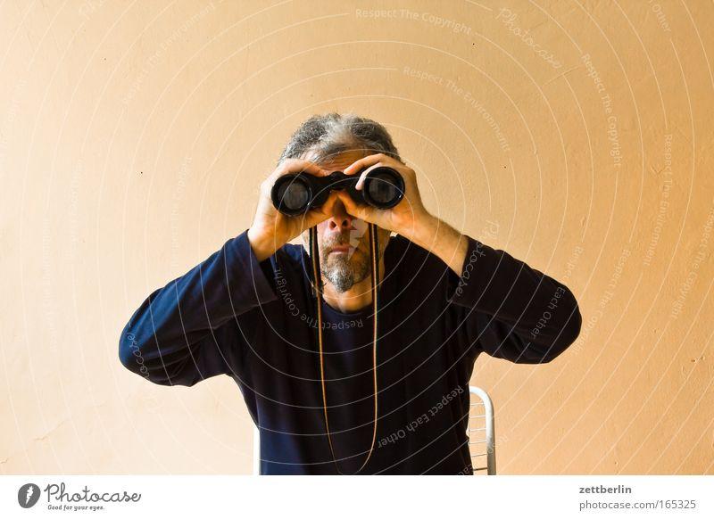 Suche Fernglas Teleskop Perspektive Meinung Ferne Aussicht suchfunktion Mann Senior alt sitzen Sitzgelegenheit Stuhl beobachten Blick sichtkontakt Kontakt