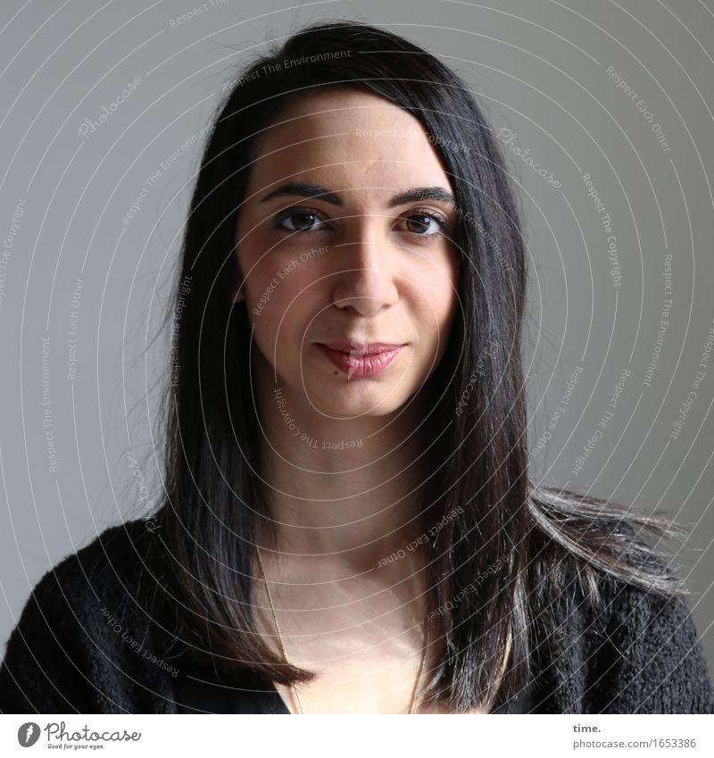 . feminin 1 Mensch Jacke schwarzhaarig langhaarig beobachten Denken Lächeln Blick warten schön Zufriedenheit Akzeptanz Vertrauen Geborgenheit Wachsamkeit