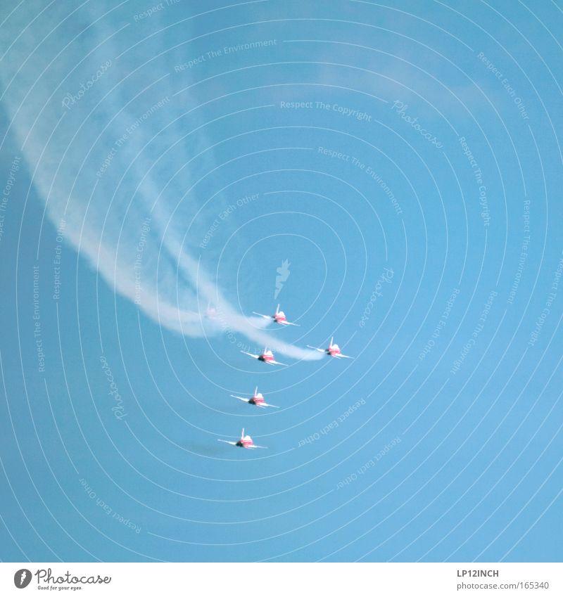 Wer hat's erfunden? Himmel blau Farbe Kunst Angst Zusammensein fliegen Flugzeug ästhetisch gefährlich Luftverkehr bedrohlich Show beobachten Schweiz Quadrat