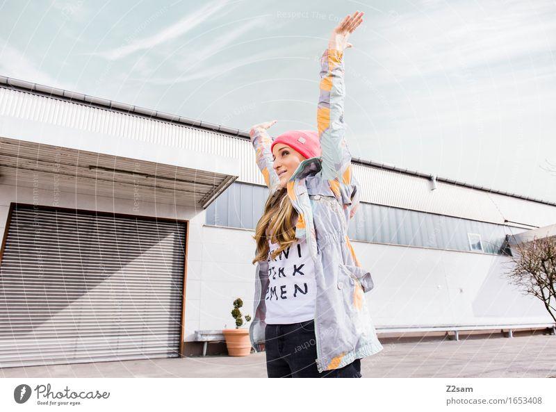 Juhu Halbfinale Lifestyle elegant Stil feminin Junge Frau Jugendliche 18-30 Jahre Erwachsene Industrieanlage Mode T-Shirt Jacke Mütze blond langhaarig lachen