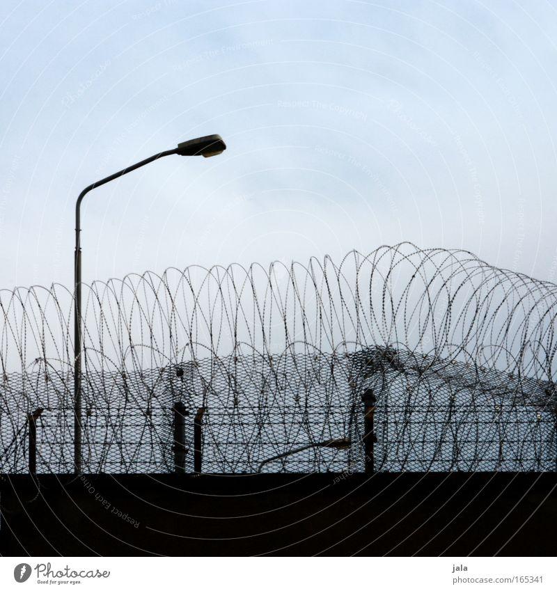Schwedische Übergardienen blau schwarz Einsamkeit Wand Gebäude Mauer Angst geschlossen Laterne Gewalt gefangen Kriminalität Festung Haftstrafe Stacheldraht