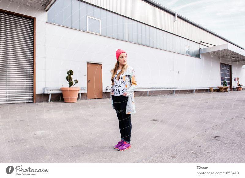 Streetwear Lifestyle elegant Stil feminin Junge Frau Jugendliche 18-30 Jahre Erwachsene Stadt Industrieanlage Fabrik Architektur Mode Jeanshose Jacke Turnschuh