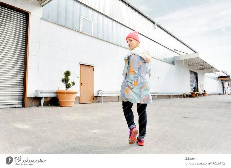 STRW kaufen elegant Stil feminin Junge Frau Jugendliche 18-30 Jahre Erwachsene Industrieanlage Mode Jeanshose Mantel Turnschuh Mütze blond langhaarig gehen