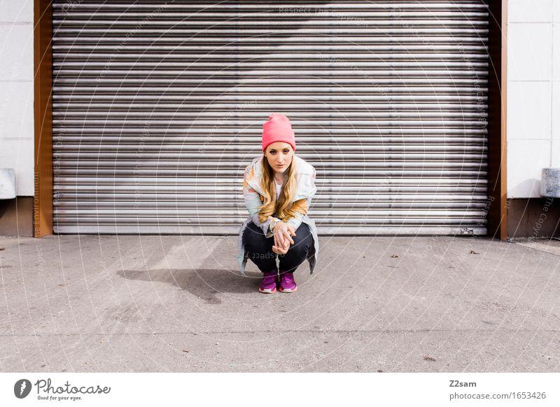 STRW Lifestyle elegant Stil feminin Junge Frau Jugendliche 18-30 Jahre Erwachsene Industrieanlage Tor Mode Jeanshose Jacke Turnschuh Mütze blond langhaarig
