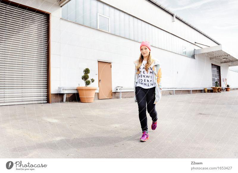 Drama, Baby, Drama! Lifestyle elegant Stil feminin Junge Frau Jugendliche 18-30 Jahre Erwachsene Industrieanlage Mode T-Shirt Jeanshose Jacke Turnschuh Mütze