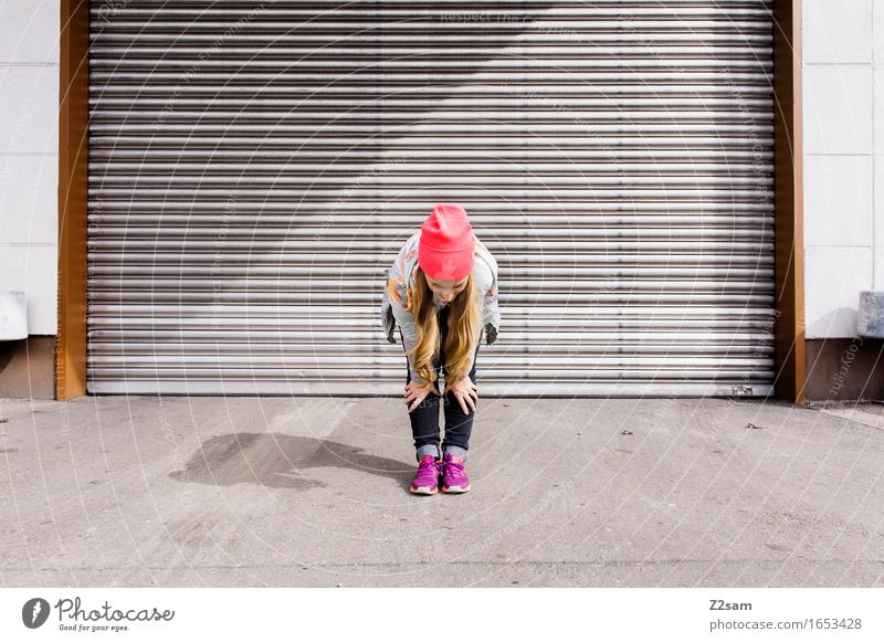 Bleib mal locker! Lifestyle elegant Stil feminin Junge Frau Jugendliche 18-30 Jahre Erwachsene Industrieanlage Tor Jeanshose Jacke Turnschuh Mütze blond