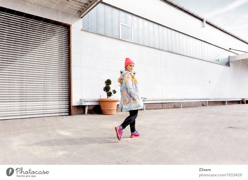 Stylerin Lifestyle elegant Stil Junge Frau Jugendliche 18-30 Jahre Erwachsene Industrieanlage Mode Jeanshose Jacke Turnschuh Mütze blond langhaarig gehen