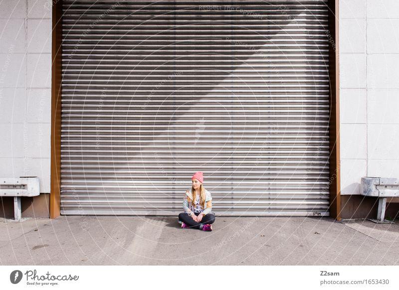 Klein Lifestyle elegant Stil feminin Junge Frau Jugendliche 18-30 Jahre Erwachsene Stadt Industrieanlage Fabrik Tor Jacke Mütze brünett langhaarig genießen