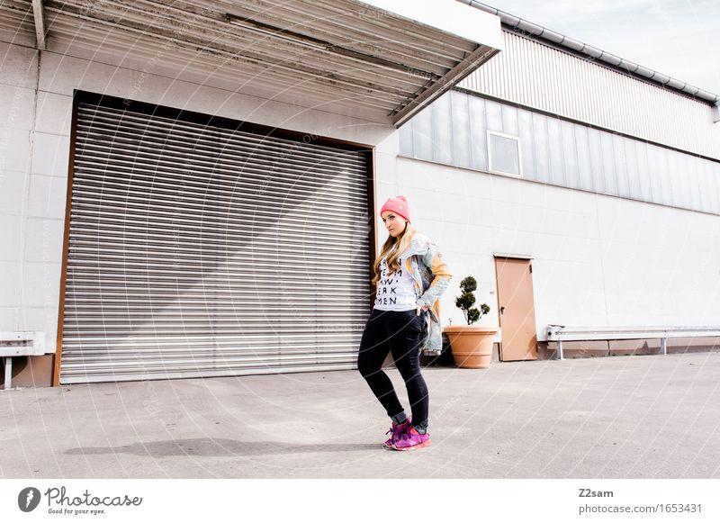 Streetwear Lifestyle elegant Stil Junger Mann Jugendliche 18-30 Jahre Erwachsene Industrieanlage Fabrik Architektur Mode T-Shirt Jacke Turnschuh Mütze blond
