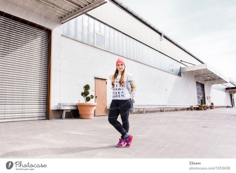 Streetwear Lifestyle elegant Stil schön feminin Junge Frau Jugendliche 18-30 Jahre Erwachsene Stadt Industrieanlage Mode T-Shirt Jacke Turnschuh Mütze blond