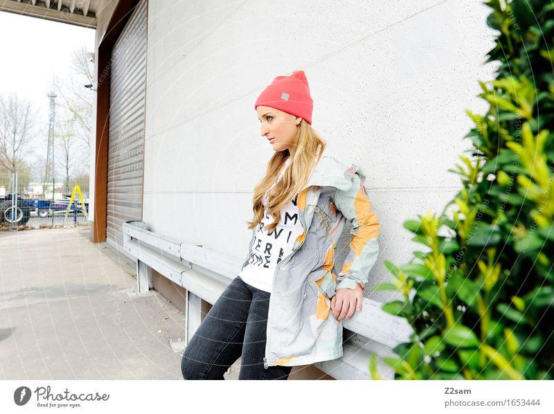 STRW Lifestyle elegant Stil feminin Junge Frau Jugendliche 18-30 Jahre Erwachsene Schönes Wetter Sträucher Haus Industrieanlage Mode T-Shirt Jacke Mütze blond