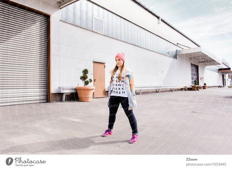 STRW Lifestyle elegant Stil feminin Junge Frau Jugendliche 18-30 Jahre Erwachsene Industrieanlage Mode T-Shirt Jacke Turnschuh Mütze blond langhaarig trendy