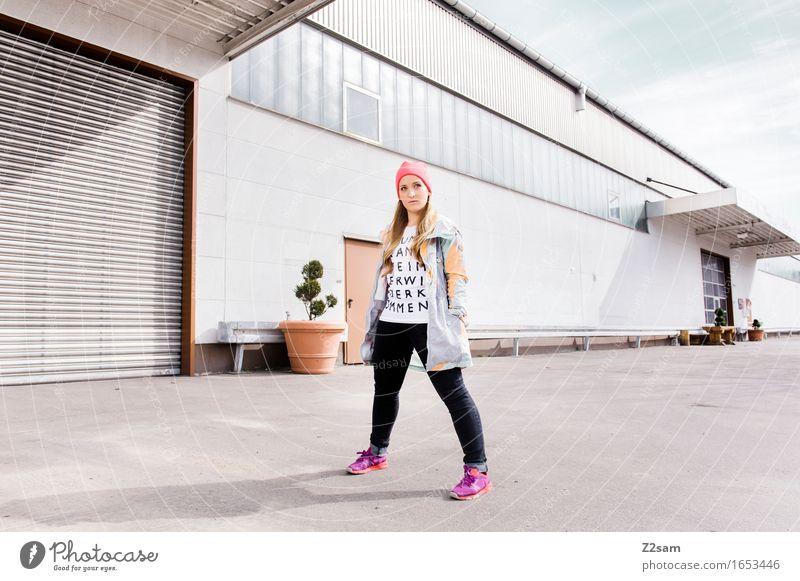 Standhaft bleiben! Lifestyle elegant Stil feminin Junge Frau Jugendliche 18-30 Jahre Erwachsene Industrieanlage Mode Jeanshose Turnschuh Mütze blond langhaarig