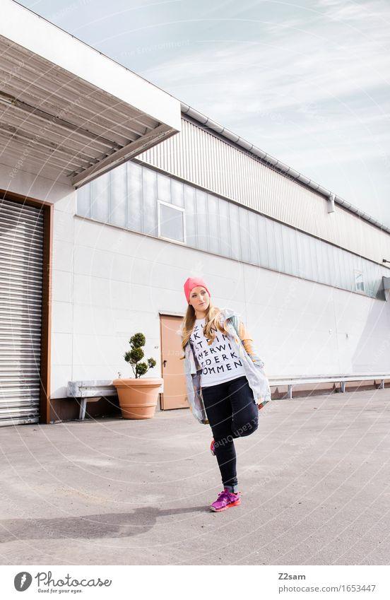 Stylerin Lifestyle elegant Stil feminin Junge Frau Jugendliche 18-30 Jahre Erwachsene Industrieanlage Mode T-Shirt Jeanshose Jacke Turnschuh Mütze blond