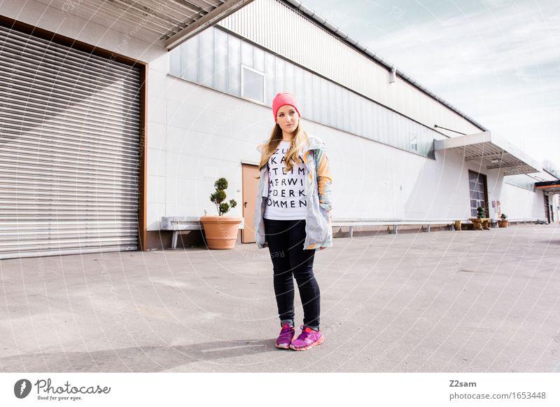 Streetwear Jugendliche Stadt Sommer schön Junge Frau 18-30 Jahre Erwachsene Architektur Lifestyle Stil Mode Design elegant blond stehen einzigartig