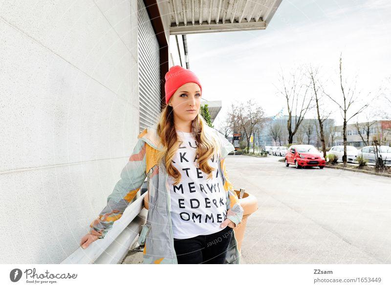 Streetwear Jugendliche Stadt schön Junge Frau 18-30 Jahre Erwachsene Architektur Lifestyle feminin Stil Design rosa elegant blond stehen Coolness