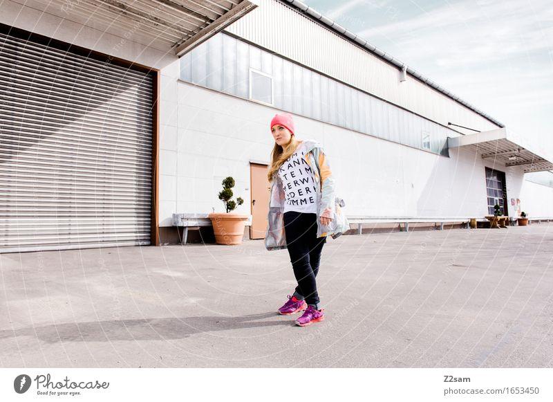 STRW Lifestyle elegant Stil feminin Junge Frau Jugendliche 18-30 Jahre Erwachsene Haus Industrieanlage Mode T-Shirt Jeanshose Jacke Mütze blond langhaarig