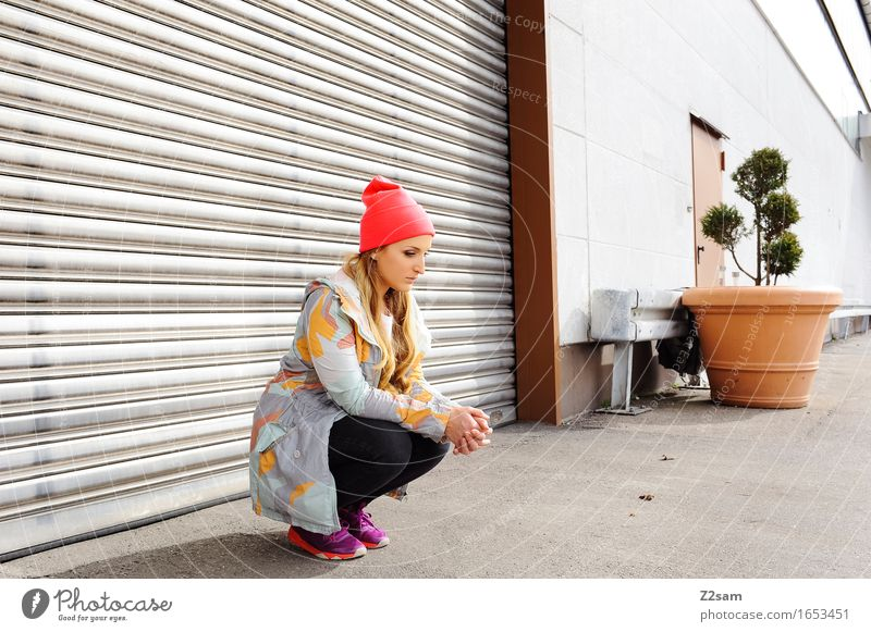 Streetwear Jugendliche Stadt Sommer schön Junge Frau 18-30 Jahre Erwachsene Architektur Lifestyle feminin Stil Mode träumen elegant modern blond