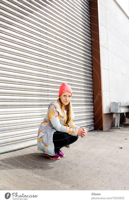 STRW Lifestyle elegant Stil feminin Junge Frau Jugendliche 18-30 Jahre Erwachsene Industrieanlage Mode T-Shirt Jacke Mütze blond langhaarig sitzen trendy schön