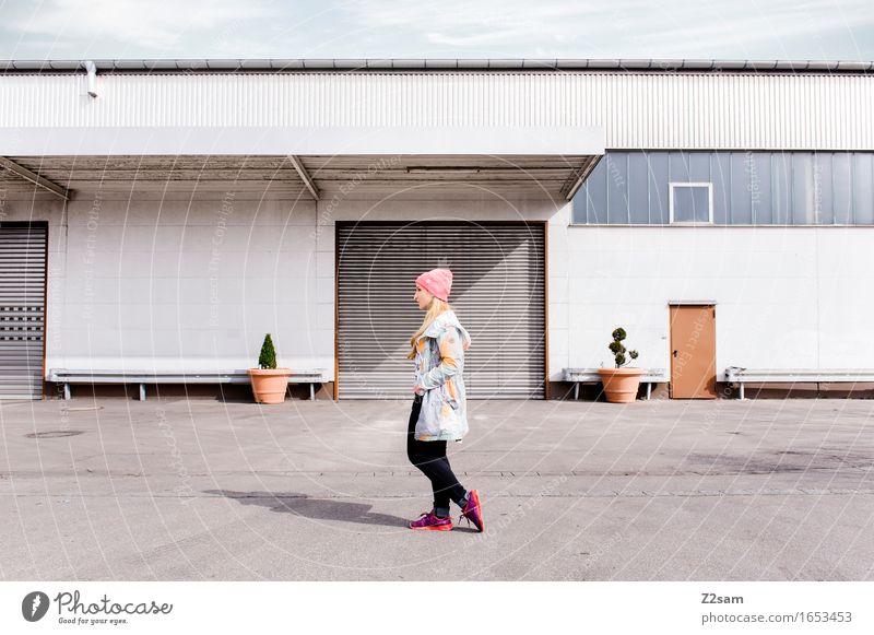 STRW Lifestyle elegant Stil feminin Junge Frau Jugendliche 18-30 Jahre Erwachsene Stadtzentrum Industrieanlage Mode Bekleidung Jeanshose Jacke Mütze blond
